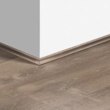 Виниловый плинтус Quick-Step скоция Дуб песчаный теплый коричневый (Sand storm oak brown) QSVSCOT40086 (PUGP40086 PUCL40086) 17 x 17 мм