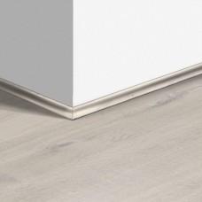 Виниловый плинтус Quick-Step скоция Дуб хлопковый белый (Cotton Oak White Blush) QSVSCOT40200 (PUGP40200 PUCL40200 AVMP40200 RPUCL40200) 17 x 17 мм