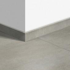 Виниловый плинтус Quick-Step стандартный Бетон тёплый серый (Warm gray concrete) QSVSK40050 (AMCL40050 AMGP40050) 58 x 12 мм